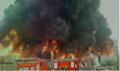 Massive fire breaks out in Surat's plastic factory, panic in the area