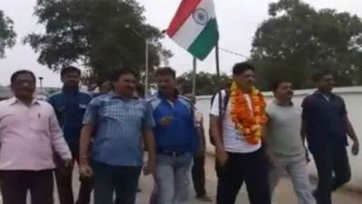 Retired policeman travels from Khargone to Delhi by foot
