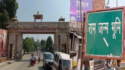 Ayodhya: People were queuing up for' Ramlala's darshan', suddenly a man started performing 'Namaz'