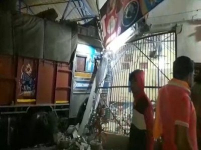 Tragic accident: High speed truck entered hotel, driver died
