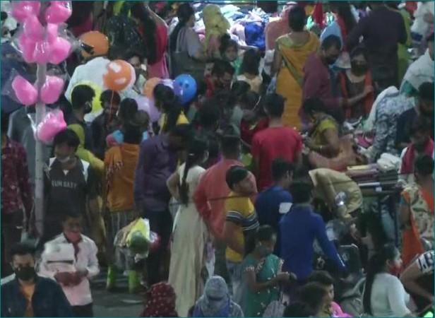 महाराष्ट्र: बिना मास्क के बेधड़क घूम रहे हैं लोग, नहीं है कोरोना संक्रमण का डर