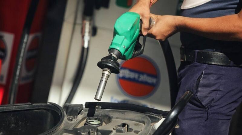 आमजन के लिए खुशखबरी! आधी हो सकती है पेट्रोल-डीजल की कीमतें