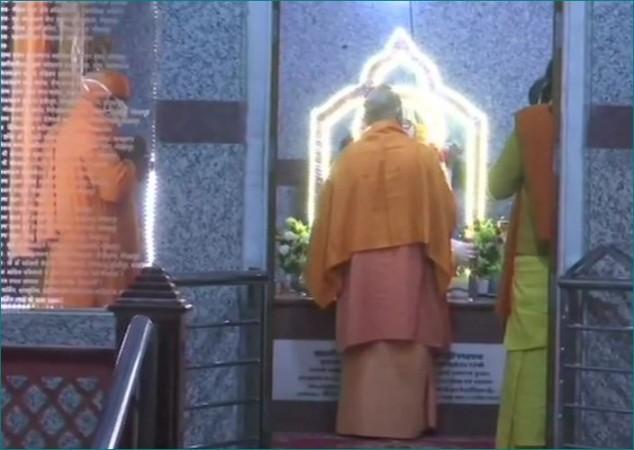मकर संक्रांति से पहले गोरखपुर पहुंचे CM योगी, मंदिर में चढ़ाएंगे खिचड़ी
