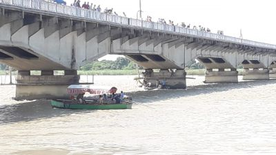 Teacher dies due to boat collapse in river, 20 injured