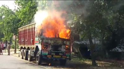 Suddenly, the truck parked in front of the SP office caught fire!