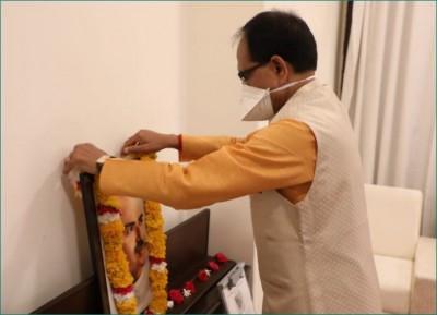 CM Shivraj bows to Dr. Shyama Prasad Mukherjee on his birth anniversary
