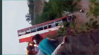 Bus falls from bridge and stands upright in river, intelligently lives of people saved
