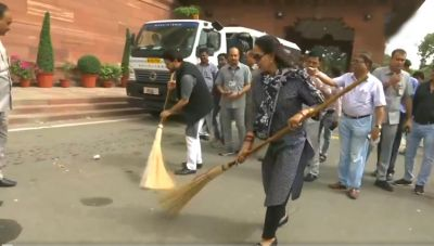 VIDEO: BJP MP Hema Malini, who arrived in Parliament with a broom, was cleaned up
