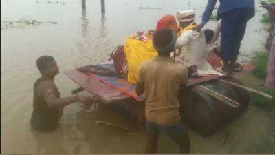 जब बाढ़ से निकलने की कोई राह नहीं पड़ी दिखाई, तो ड्रम पर बिठाकर दे दी बेटी को विदाई