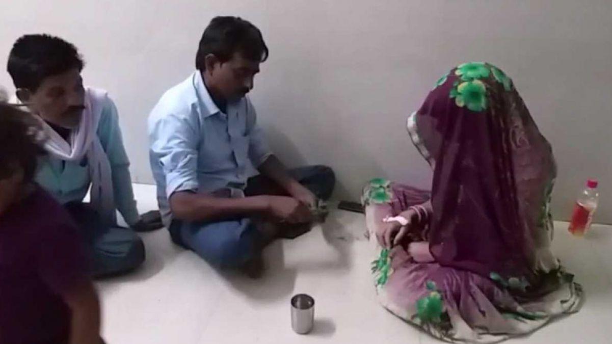 सांप काटा तो अस्पताल में भर्ती हुई महिला, लेकिन इलाज के लिए तांत्रिक को बुला लाए परिजन