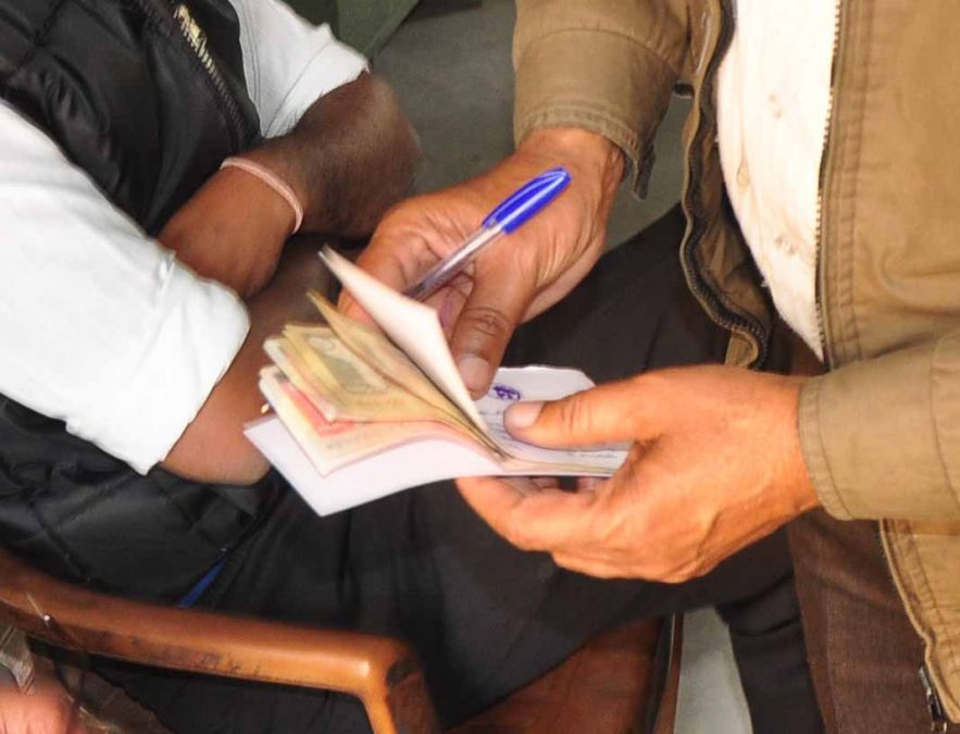 Police released the robbers taking a bribe of 1.5 lakh rupees,  6 arrested