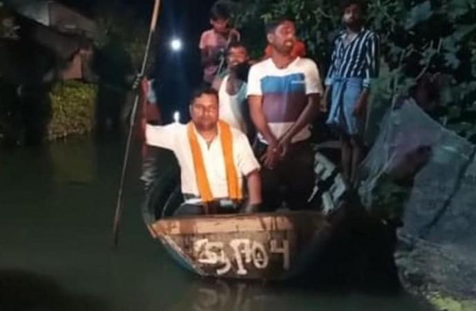 उत्तराखंड: बारिश के पानी में डूब गया पूरा गाँव, लोगों की जान बचा रही ग्रामीणों की नाव