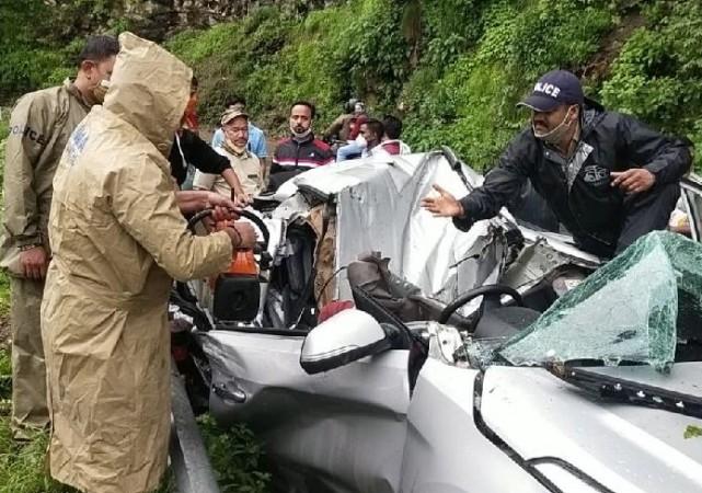 नैनीताल: भारी-भरकम बोल्डर गिरने से चपटी हुई टूरिस्ट कार, काटकर निकालनी पड़ी लाश