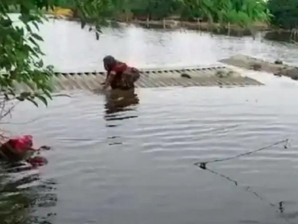 कोरोना के बाद बाढ़ ने बढ़ाई आफत! अंतिम संस्कार के लिए नहीं मिली सुखी ज़मीन तो कोठी में करना पड़ा शवदाह