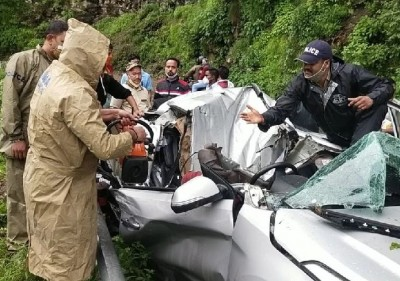 Nainital: Major Accident! Tourist car flattened by heavy boulder fall
