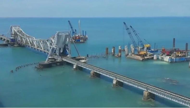 देश के पहले सी ब्रिज 'पंबन' पर अटखेलियां करती नज़र आईं डॉल्फिंस, नावों के साथ लगाई रेस