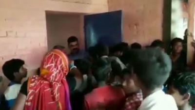 VIDEO: बिहार में बाढ़ पीड़ितों को तीन दिन से नहीं मिला खाना, आख़िरकार फूटा गुस्सा और फिर..