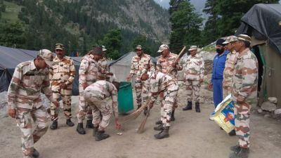 ITBP jawan takes the responsibility of cleaning garbage from Amarnath route