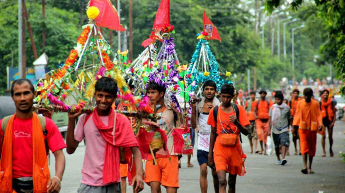 Rajasthan: Group of Kanwaris reaching Kakaroli, greeted by floral showers