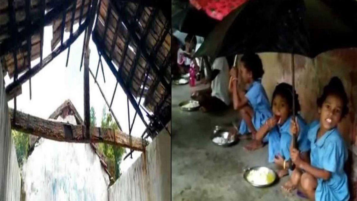 ओड़ीशा का ऐसा स्कूल, जहाँ बच्चे एक हाथ से पकड़ते हैं छाता, दूसरे से खाते हैं खाना