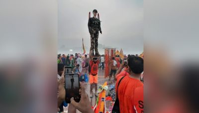A Kanwariya carrying statue of a soldier reached Haridwar