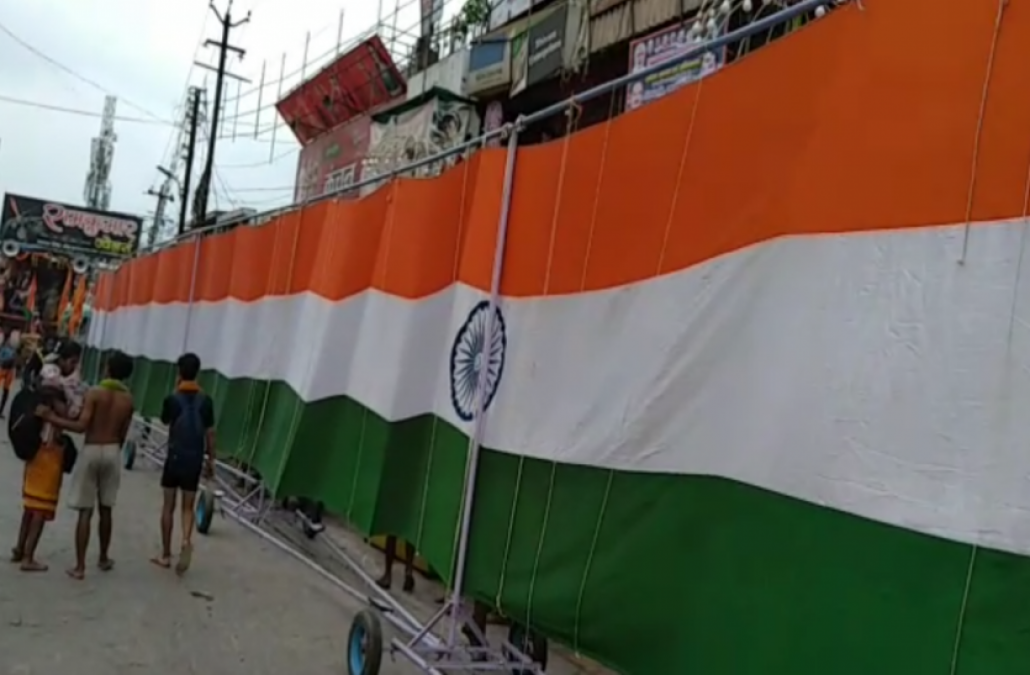 Kanwariyas carry 410-foot long tricolor in memory of martyrs