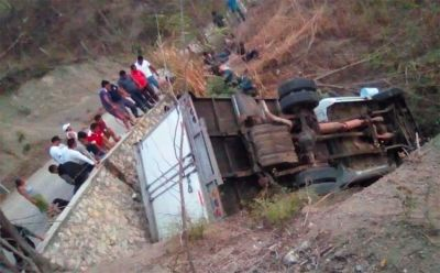 Tuck fall off  cliff , Several labourers killed in Srinagar-Leh highway