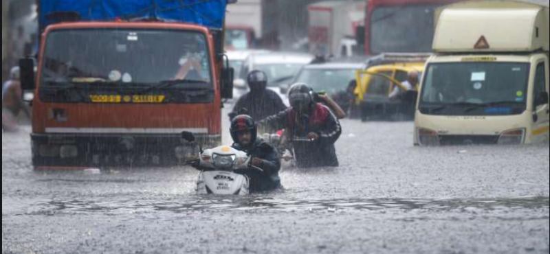 मुंबई में जारी हुआ भारी बारिश का रेड अलर्ट, पहली बारिश में ही डूबे कई इलाके