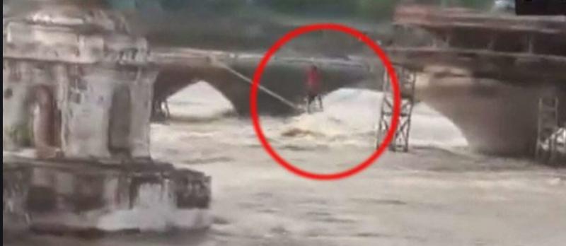 MP VIDEO: भारी बारिश से नदी में आया उफान, पुल पर सोए लोगों की रस्सी बांधकर बचाई जान