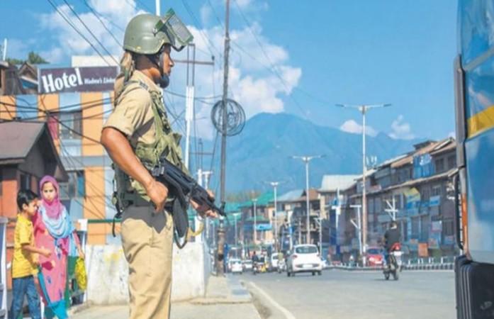 जम्मू कश्मीर: सुरक्षाबलों पर आतंकियों ने फिर किया हमला, घाटी में सर्च ऑपरेशन जारी