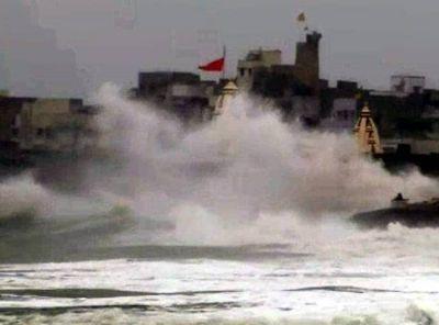 Cyclone Vayu is wreaking havoc in Saurashtra, waves are raising till 155 feet