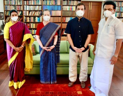 DMK leader along with wife meets Sonia Gandhi at Janpath