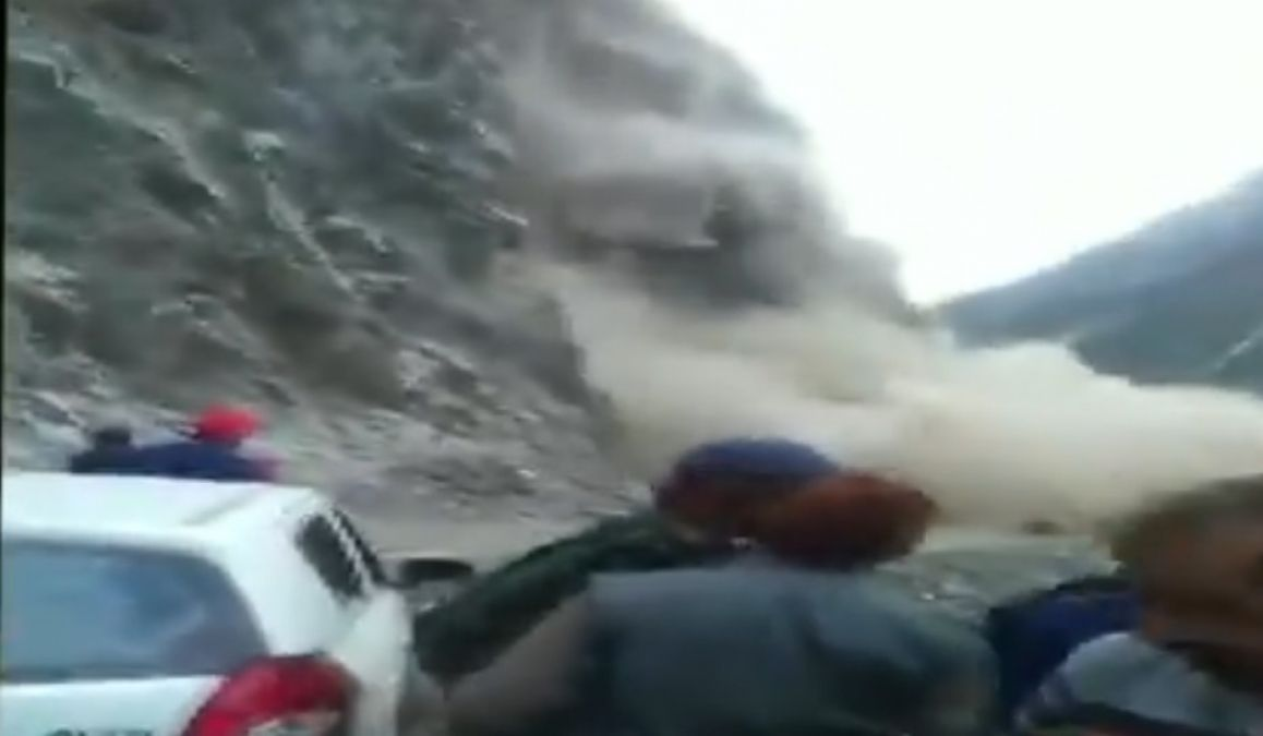 VIDEO: Mountain fall suddenly on the road, stampede