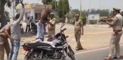 UP पुलिस बंदूक की नोक पर कर रही गाड़ियों की चेकिंग, ये है रिपोर्ट