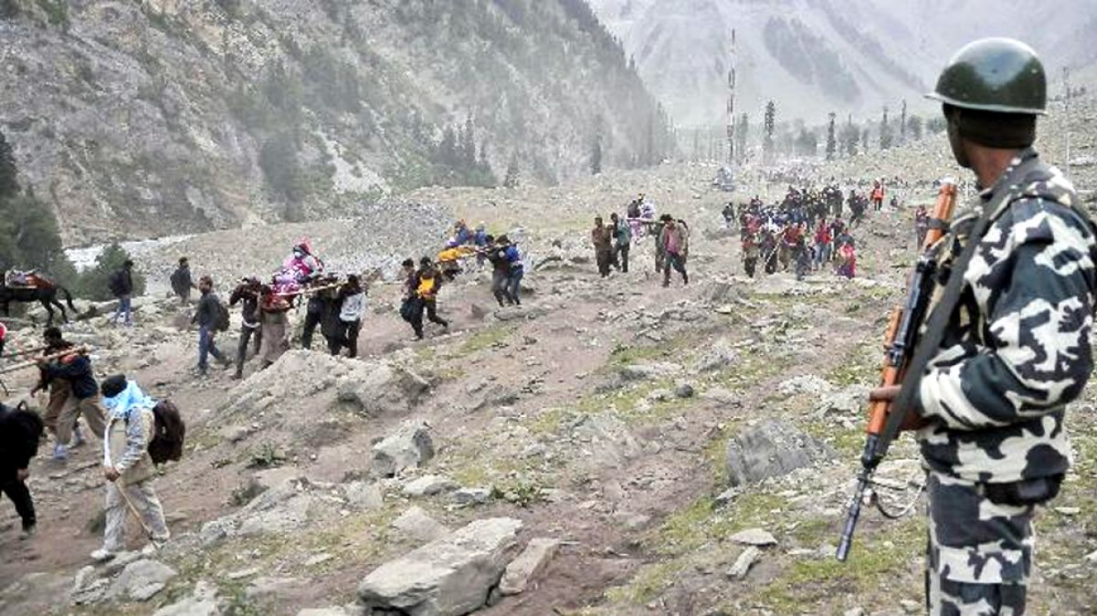 अमरनाथ यात्रियों पर मंडरा रहा आतंक का काला साया, पहाड़ियों में छिपे हुए हैं आतंकी