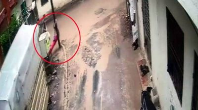 The girl passing by a pole without maintaining distance, felt shocked, killed in five seconds.