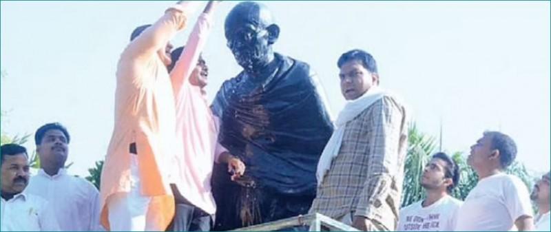 गांधी जी की प्रतिमा पर बाबूलाल ने चढ़ाये फूल तो कोंग्रेसियों ने गंगाजल चढ़ाकर किया शुद्धीकरण
