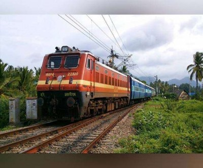 A young man dies after hitting a train