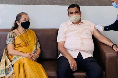 Nitin Gadkari gets first dose of corona vaccine with wife, says 'vaccine completely safe'