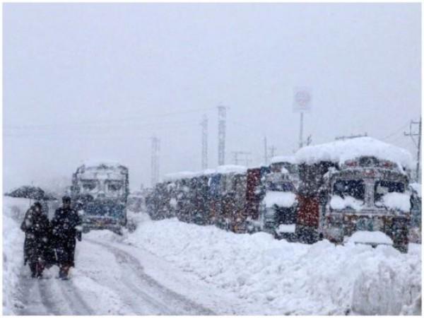 जम्मू  और लद्दाख में मौसम ने बदली करवट, पहाड़ी क्षेत्र से लेकर मैदान तक हुई बर्फ ही बर्फ