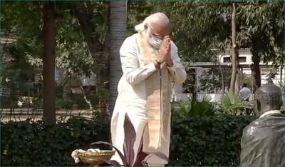 PM Modi salutes Mahatma Gandhi at Sabarmati Ashram, offers wreath to pay