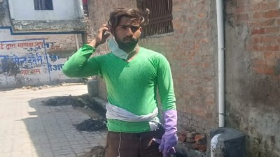 Lucknow: Police beat up sweeper who is going for work during lockdown