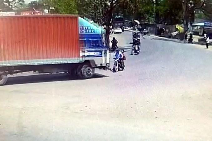 बाइक से जा रहे दंपति को बेकाबू ट्रक ने मारी ऐसी टक्कर की हो गई मौत