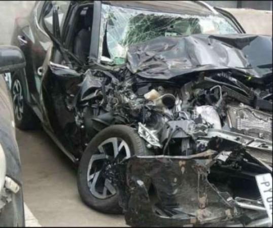 दर्दनाक हादसा: सेना के ट्रक से हुई कार की जोरदार टक्कर, कार काटकर निकाले गए शव