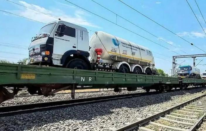 कोरोना संकट के बीच 'साँसों' का इंतज़ाम कर रहा रेलवे, प्राणवायु लेकर दिल्ली पहुंची 'ऑक्सीजन एक्सप्रेस'