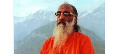 CM Shivraj bows to Swami Chinmayanandsaraswati on his birth anniversary
