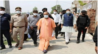CM Yogi visited Manoharpur village, enquired about medicine and health condition