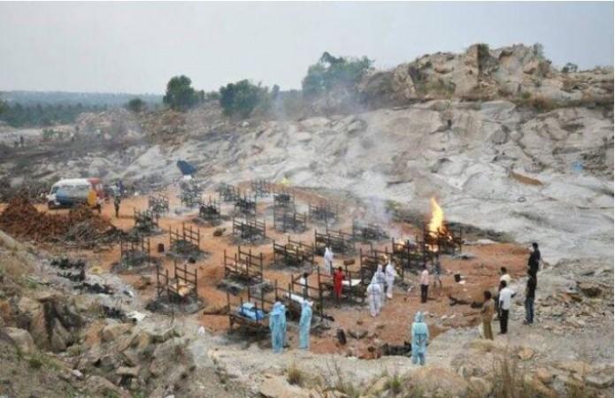 बेंगलुरु: लाश जलाने के लिए कम पड़े 7 श्मशान, अब ग्रेनाइट खदान में किया गया अंतिम संस्कार का इंतज़ाम