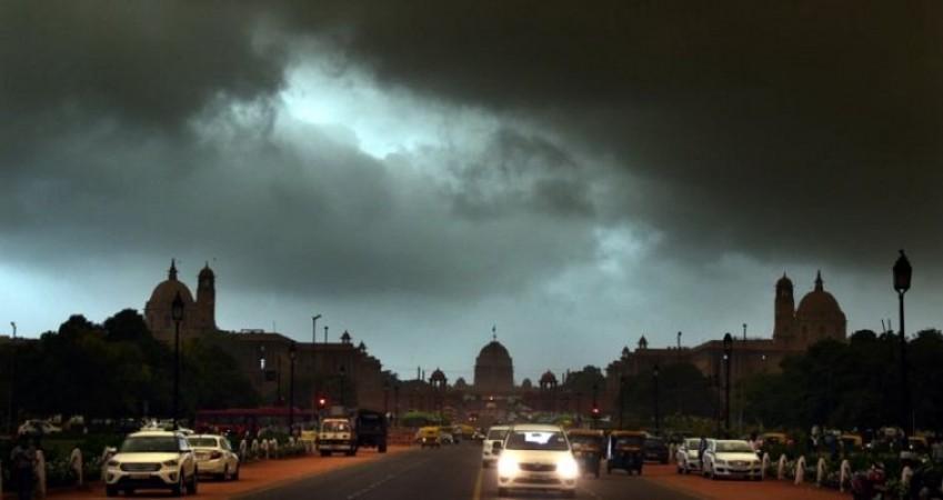 दिल्ली में बढ़ा तापमान तो शुरू हुई झमाझम बारिश