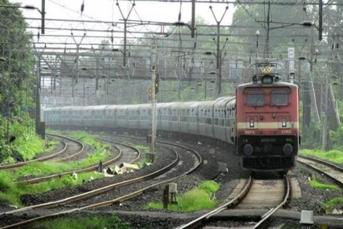 रेलवे के टिकट काउंटर पर उड़ सकती है शारीरिक दूरी की धज्जियां